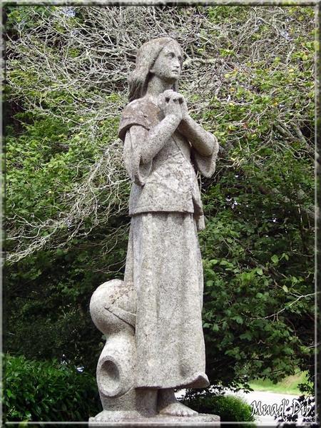 Comme cette jeune fille sur la route de Concarneau (Beuzec-Conq), prions pour tous ceux qui crachent sur l'Eglise catholique !